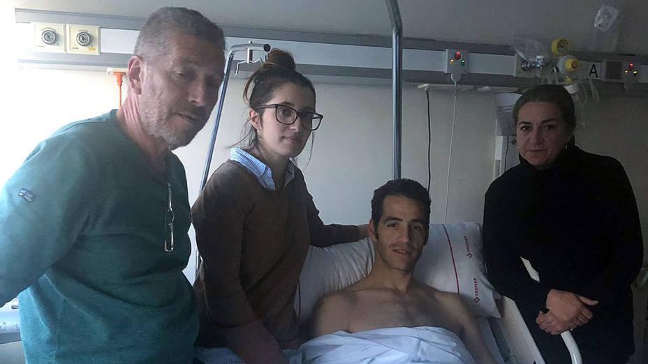 Pepe Moral junto a su familia tras pasar este miércoles de nuevo por el quirófano