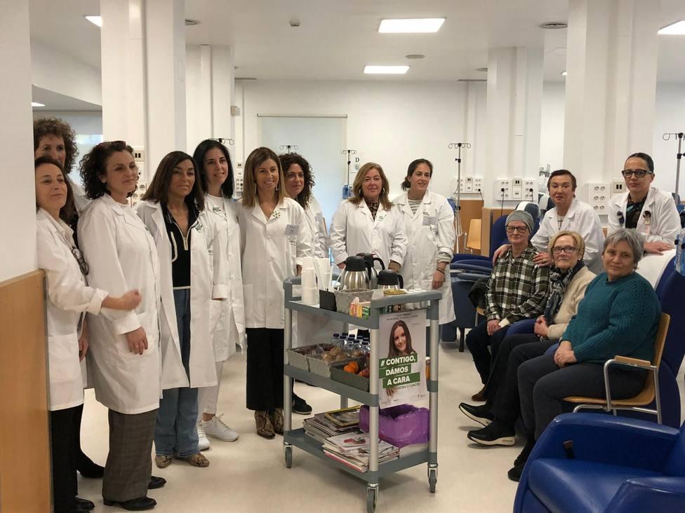 Integrantes dela Asociación Española contra el Cancer con el Carrito Don Amable