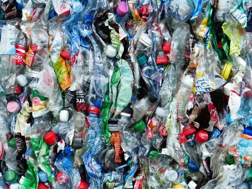 Basura y plástico que se utiliza para producir determinados productos.