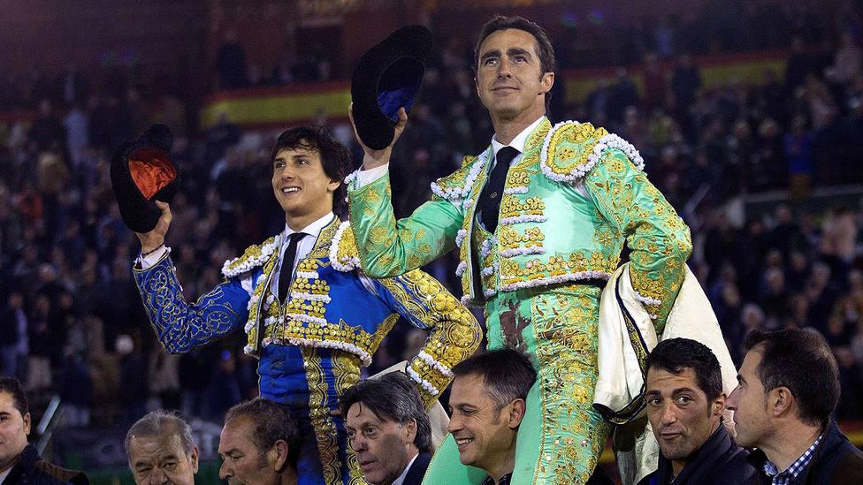 Andrés Roca Rey y El Fandi en su salida a hombros este viernes en Castellón