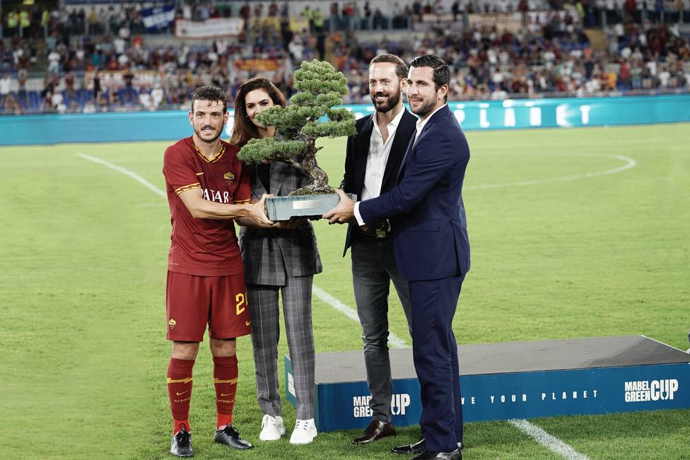 El AS Roma gana el torneo de fútbol Mabel Green Cup y recibe un bonsai como trofeo