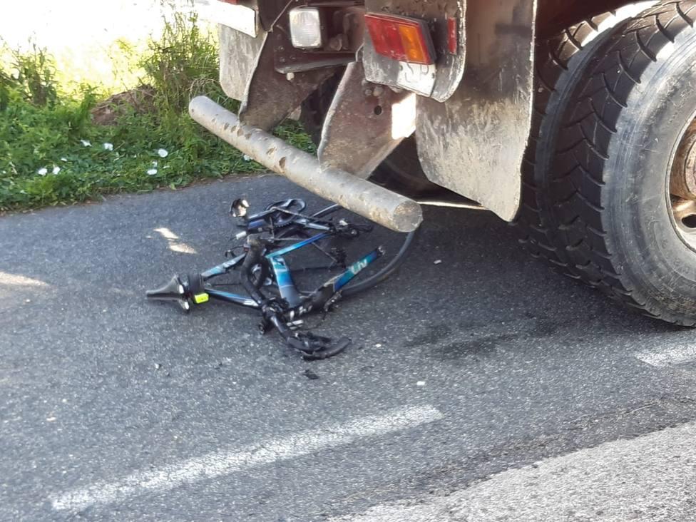 Estado en el que quedó la bicicleta tras la colision con el camión - FOTO: A.C.