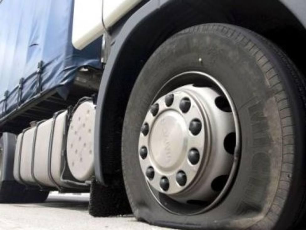 Imputado un vecino de Abadín por pinchar siete ruedas de un camión