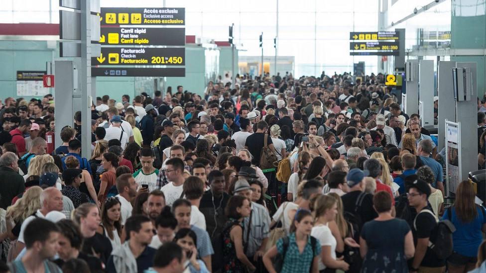 Pasajeros esperan en un aeropuerto