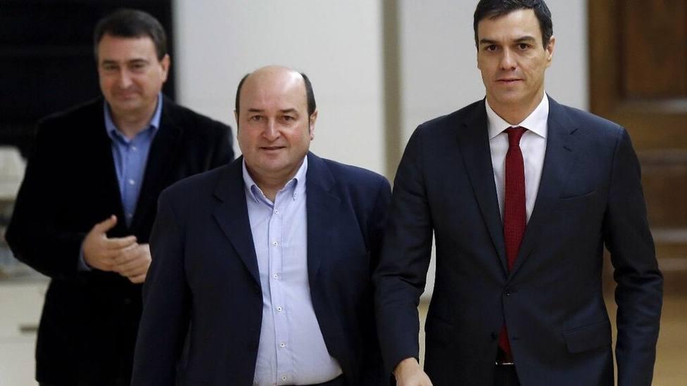 El presidente del EBB del PNV, Andoni Ortuzar, entre Pedro Sánchez y Aitor Esteban