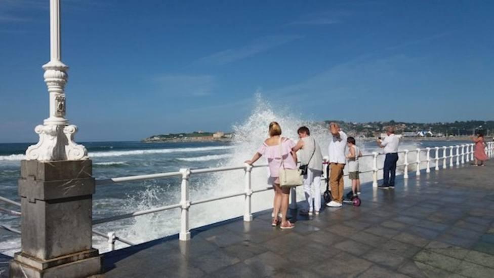 La costa asturiana, en alerta naranja por olas de hasta siete metros