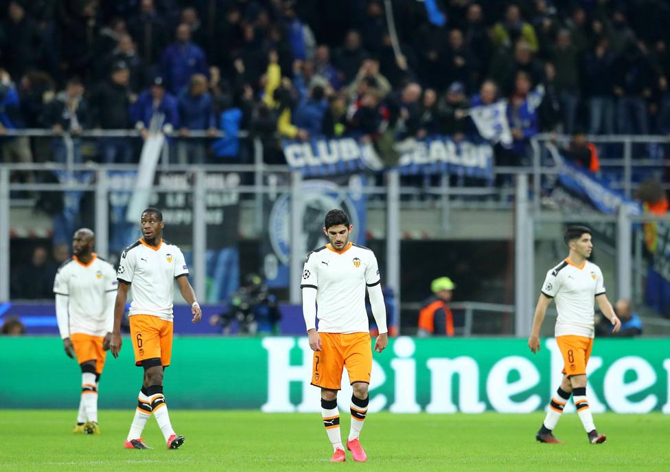 El Valencia se lamenta de uno de los goles del Atalanta (Cordon Press)