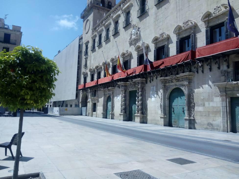 El Ayuntamiento engalana sus balcones por la Semana Santa