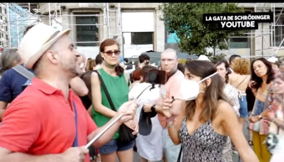 Una periodista es increpada en una manifestación antivacunas: Quítate la mascarilla que quiero ver