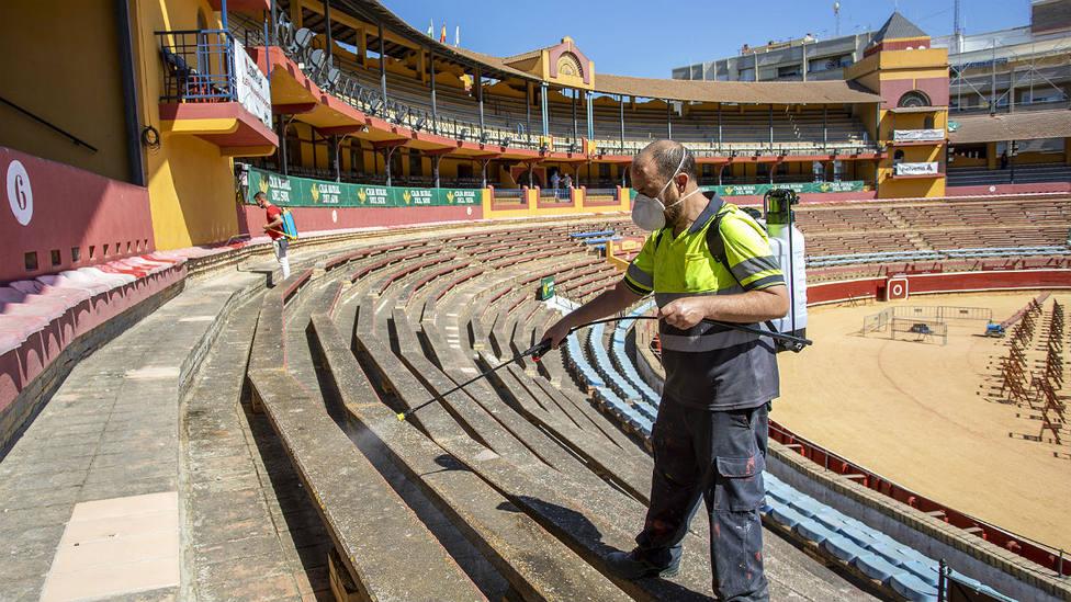 Labores de desinfección en los tendidos de la plaza de toros de Huelva