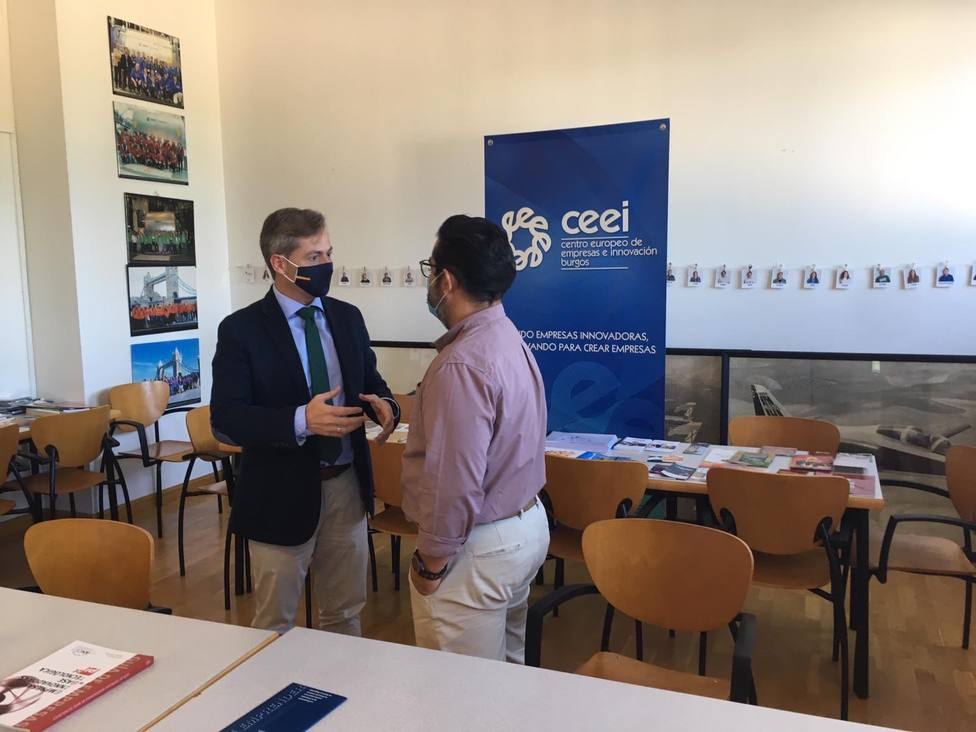 El concejal del PP, César Barriada, y el gerente del CEEI, José Vicente Orden.