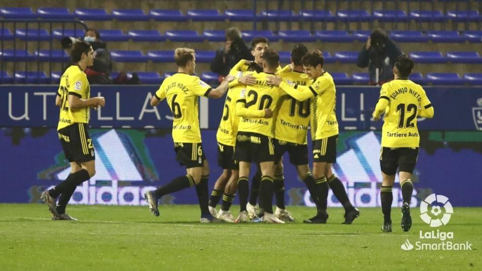 Los futbolistas del Real Oviedo celebran uno de los goles frente al Zaragoza