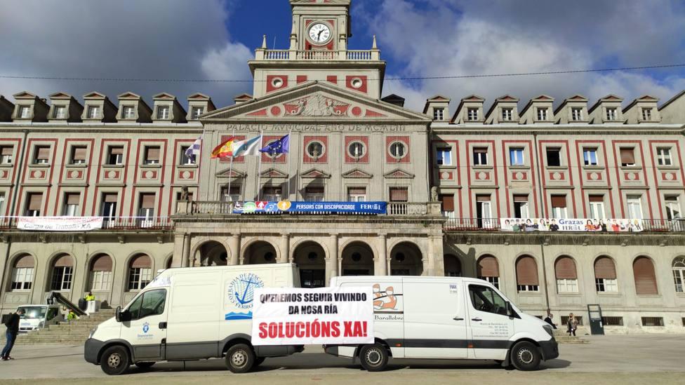 Fugones de las cofradias de Ferrol y Barallobre ante el Ayuntamiento de Ferrol - FOTO: Cedida