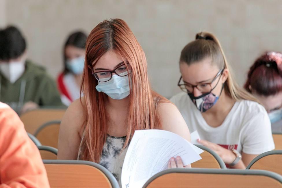 Foto alumnos realizando el exámen de la EBAU