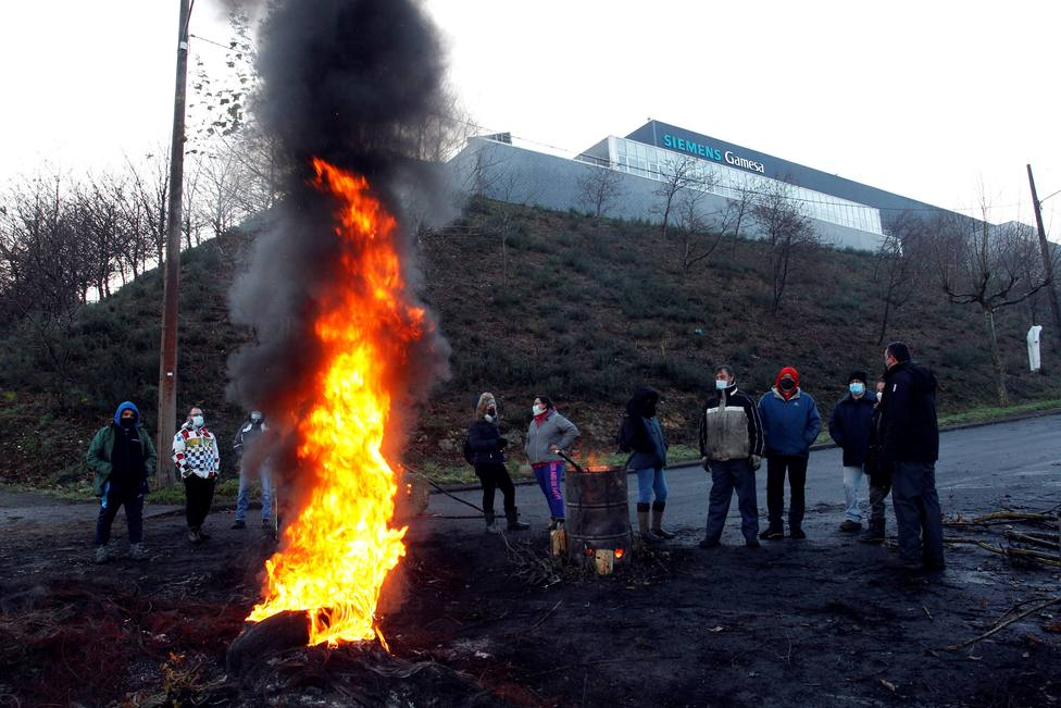 Protesta de trabajadores de Siemens Gamesa por el cierre de su planta - FOTO: EFE / Kiko Delgado
