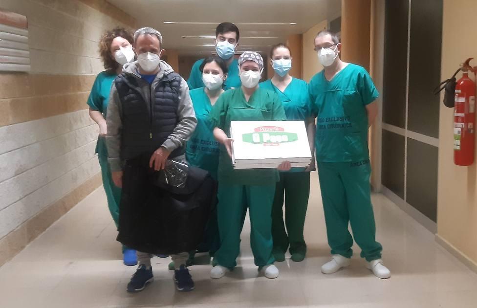 Antonio Castro, a la izquierda, con personal sanitario del Hospital Naval - FOTO: Cedida