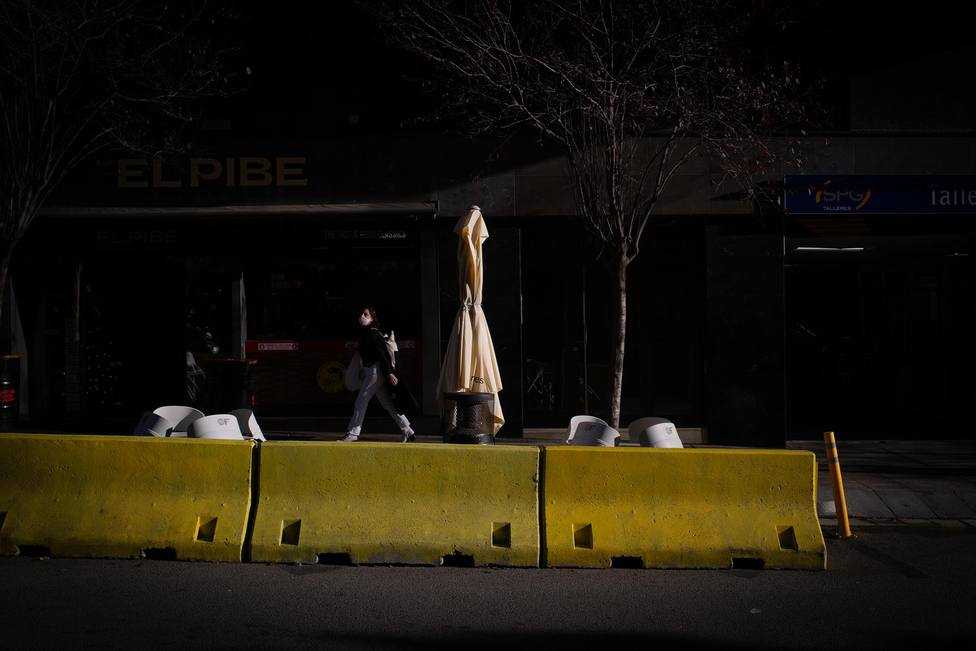 Una valla distancia una terraza de la carretera en Barcelona - David Zorrakino - Europa Press