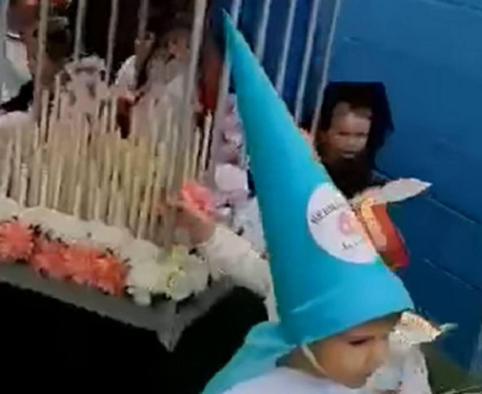 Los niños de una escuela infantil recrean una especial y emocionante procesión de Semana Santa