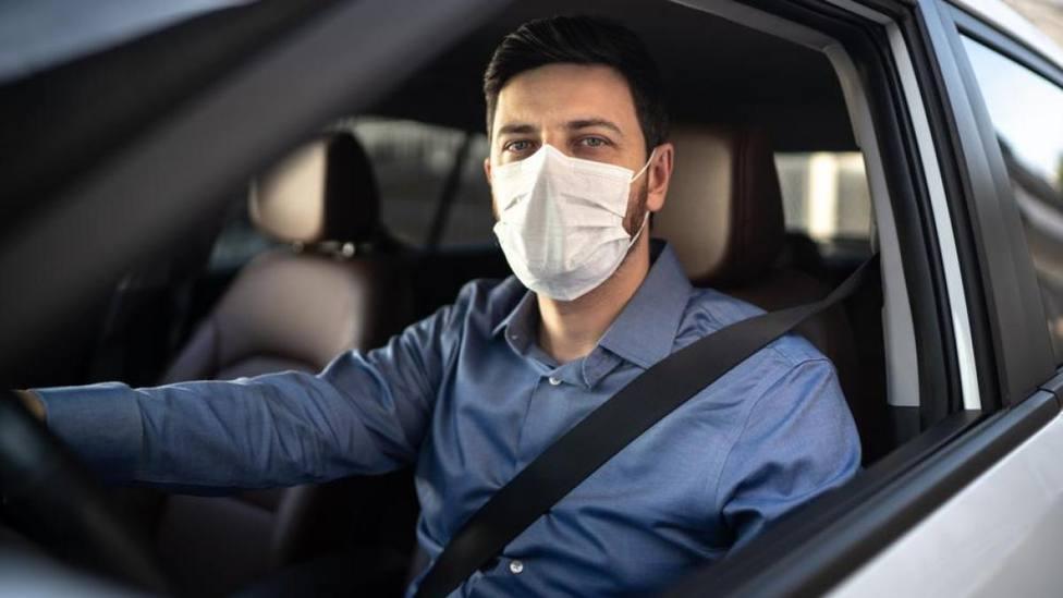 DGT: el anuncio que aclara si nos pueden multar por no usar la mascarilla dentro del coche