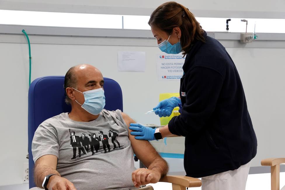 Viceconsejero de Salud Pública recibe primera dosis de la vacuna AstraZeneca