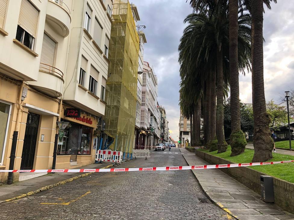 La calle Real de Ferrol está cortada en la zona de la plaza de Amboage por este incidente