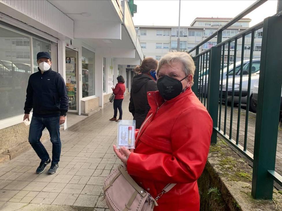 Una vecina de Pontevedra acude a entregar su muestra en la farmacia de Campolongo