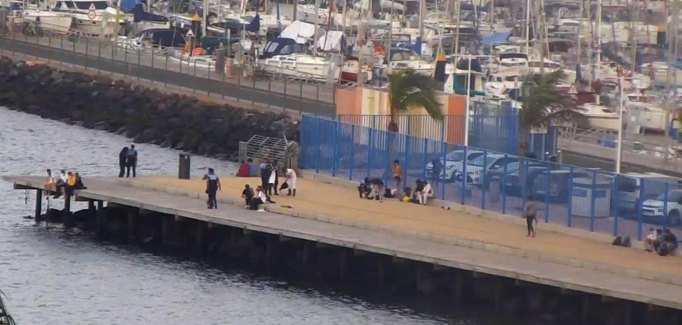 Gran Canaria baja al nivel 2 de alerta, pero continúan los botellones en las playas