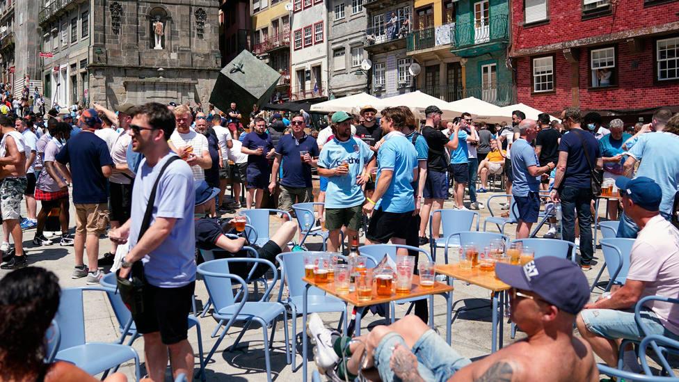 Cientos de fans ingleses, en el centro de Oporto, sin mascarilla ni distancias de seguridad. CORDONPRESS