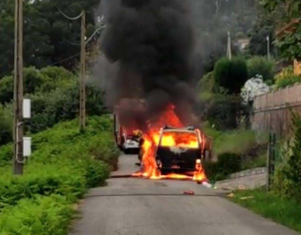 Una furgoneta resultó calcinada en la zona de Penencia en Ferrol. FOTO: cedida