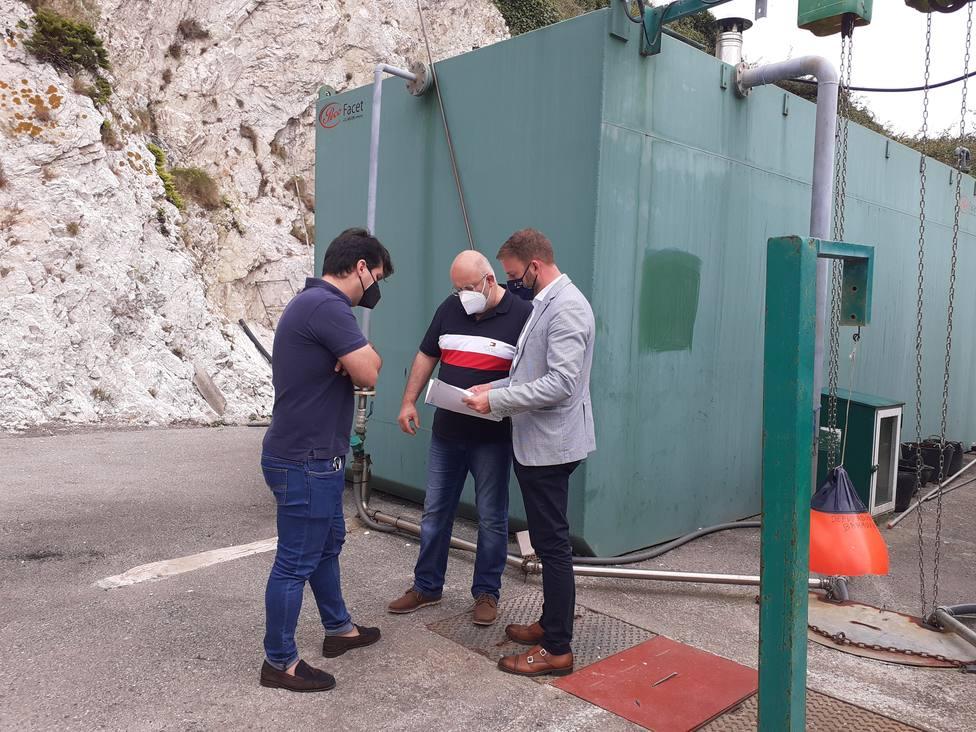 Trenor con el alcalde de Mañón durante la visita a la depuradora de O Barqueiro - FOTO: Xunta