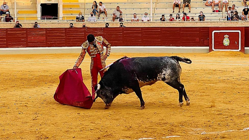 Daniel Peseiro toreando de muleta a Perlas Negras, el novillo de La Quinta premiado con la vuelta al ruedo