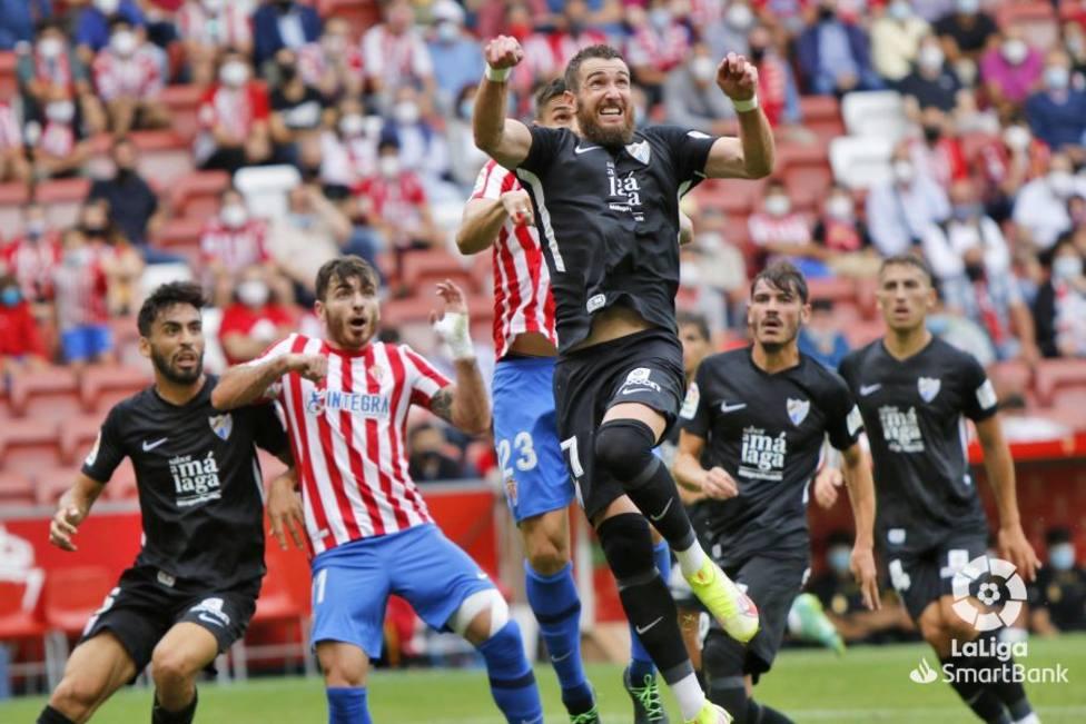 Fue una constante las ayudas en defensa del Málaga ante el Sporting.