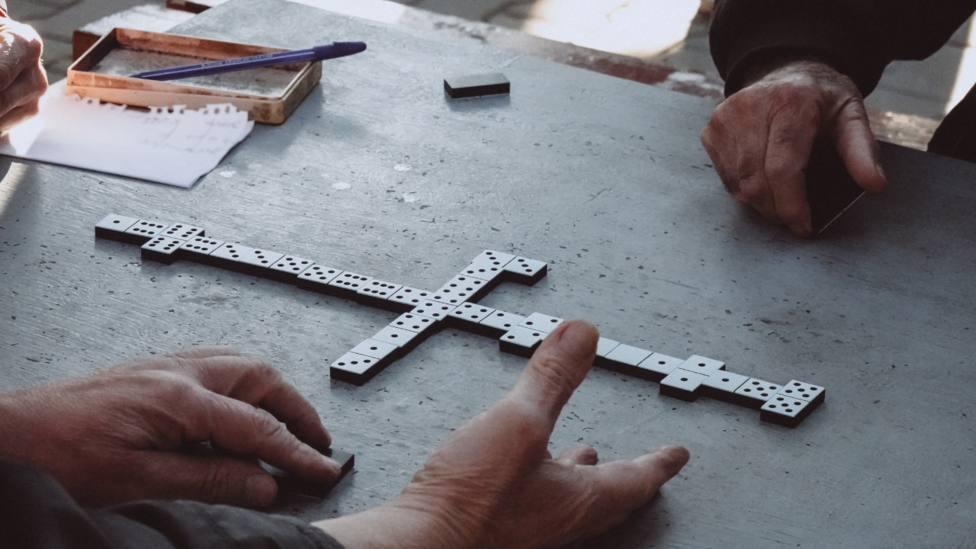 Foto de archivo de una partida de dominó