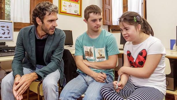 José Tomás junto a los niños de la Asociación Síndrome de Down de Burgos