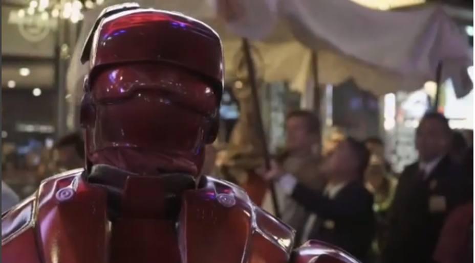 Iron Man contempla la procesión que atraviesa el Paseo de la Fama de Hollywood