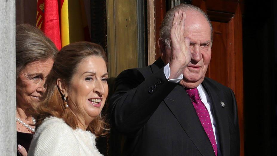 Ana Pastor con el rey emérito Juan Carlos I a las puertas del Congreso