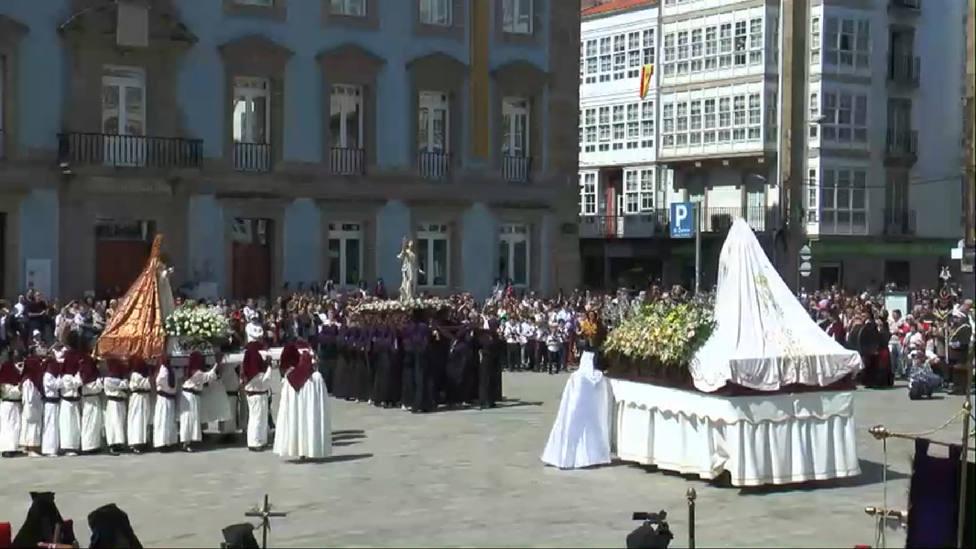 La plaza de la Constitución acogió el encuentro de Jesús Resucitado, María Magdalena y la Virgen de la Luz