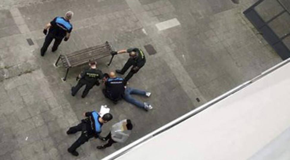 Agentes de la Guardia Civil y Policía Local de Fene con el hombre reducido - FOTO: Tráfico Ferrolterra