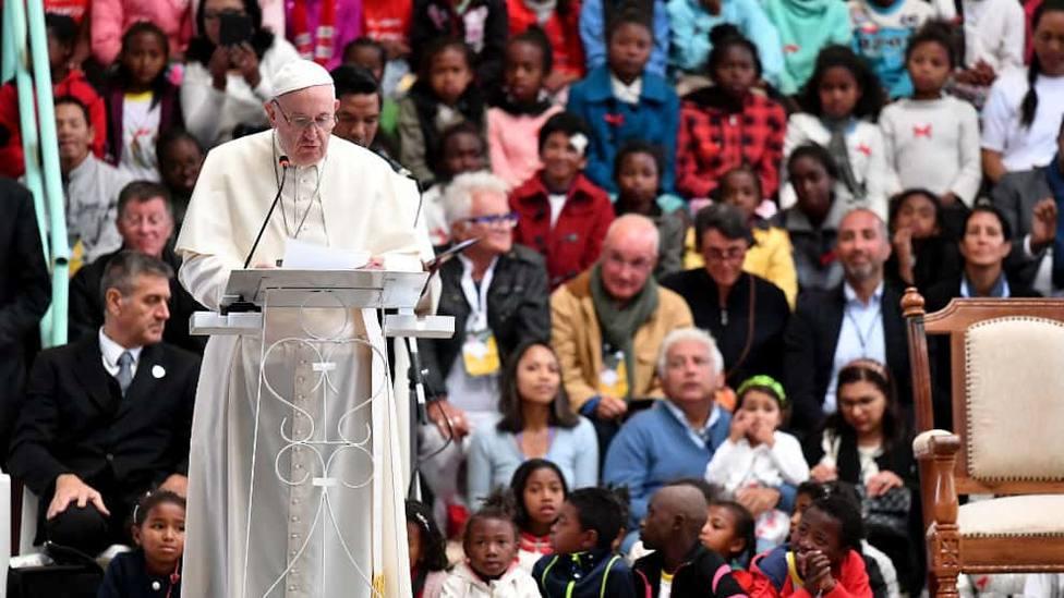 El Papa visita el barrio construido por un misionero que permitió rescatar de un basurero a miles de menores