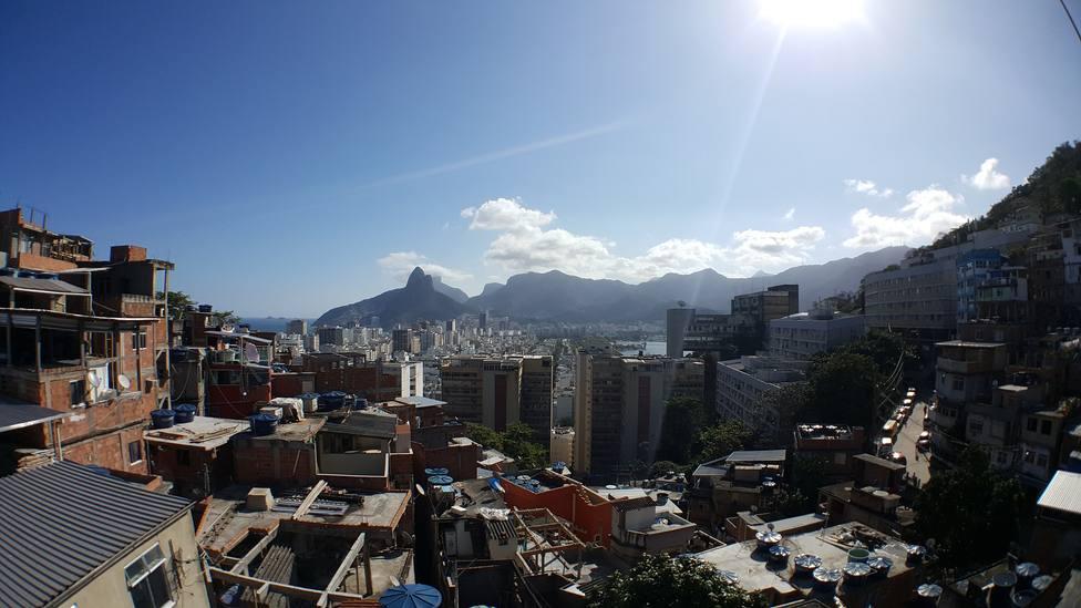 La historia del sacerdote de 77 años que entrega su vida entre las favelas de Brasil