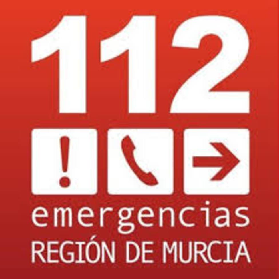Bomberos apagan el fuego declarado en un camión jaula de ganado en la A-7 en Lorca