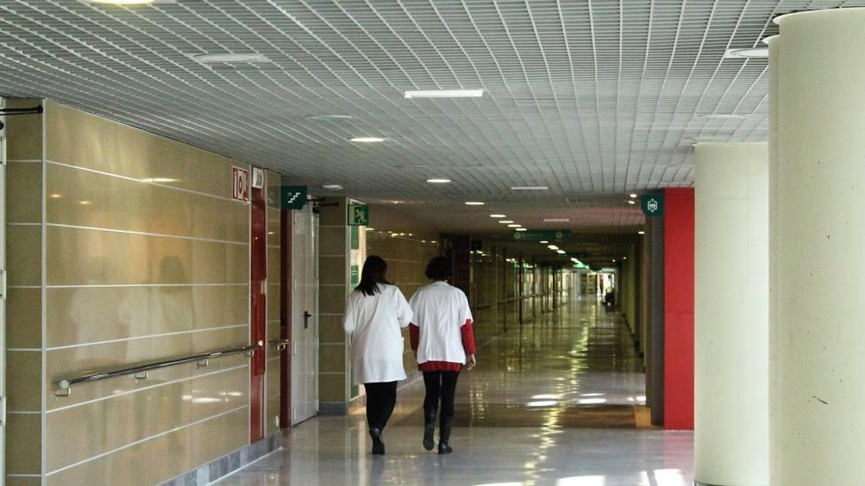 Los médicos en un pasillo de Son Espases