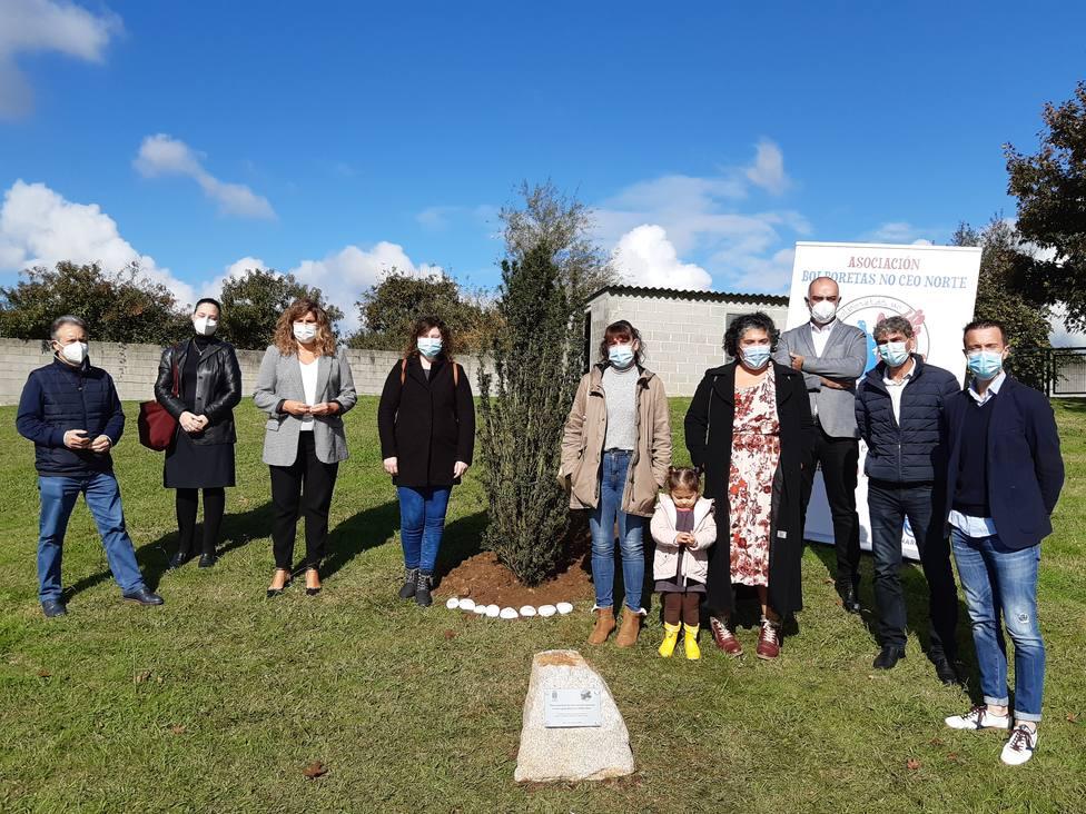 Participantes en el acto de homenaje del Ayuntamiento con la Asoc. Bolboretas no ceo norte - FOTO: C. de Narón