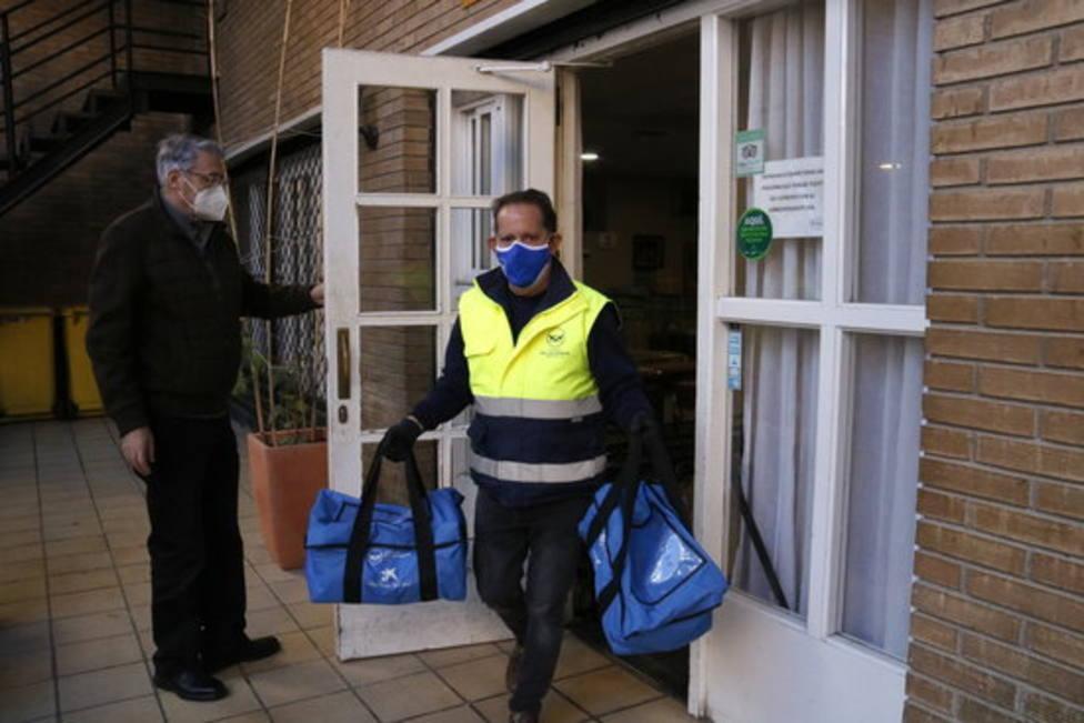 Uno de los voluntarios del Banc dels Aliments saliendo de la Fundació Jericó