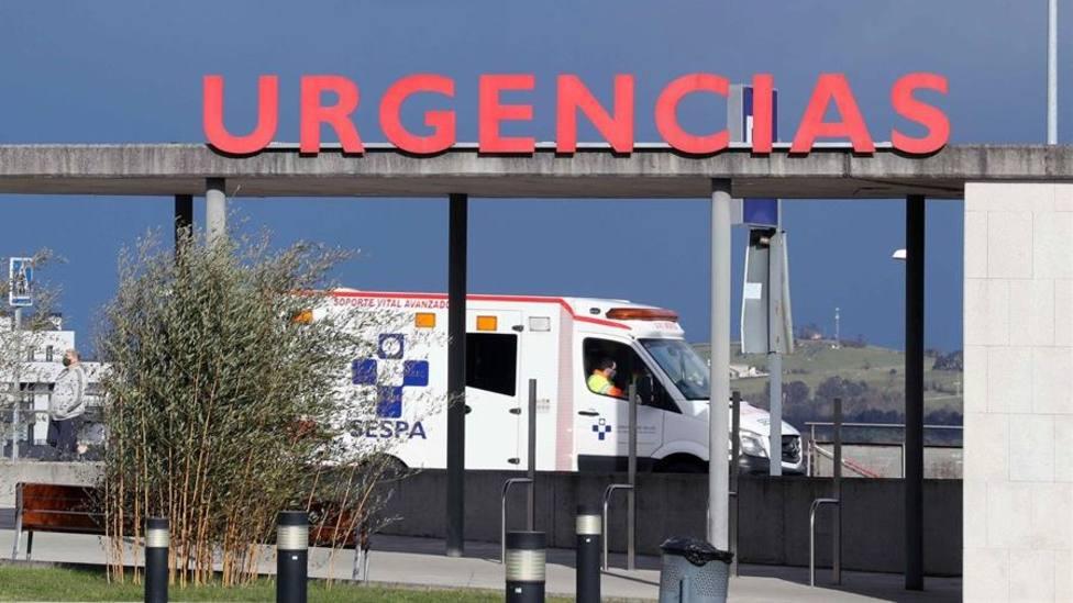 Ambulancia en la entrada de Urgencias del HUCA