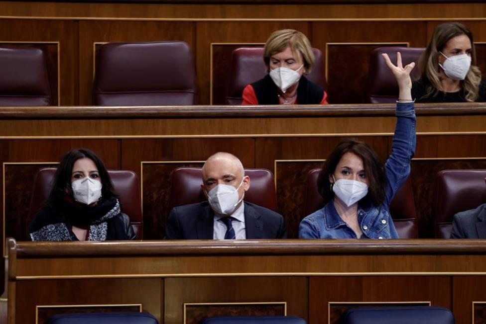 Los diputados socialistas, Adriana Lastra, Rafael Simancas y Ana Belén Fernández en el pleno del Congreso