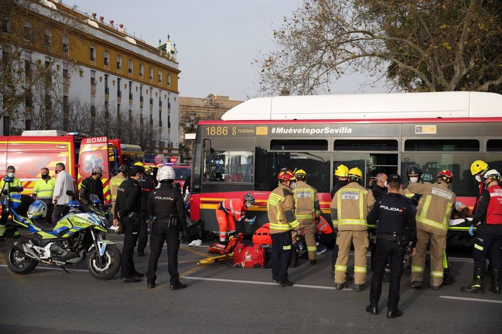 Sevilla.-Sucesos.-AMP.-Heridos graves un motorista y su acompañante tras colisionar contra un coche y un autobús