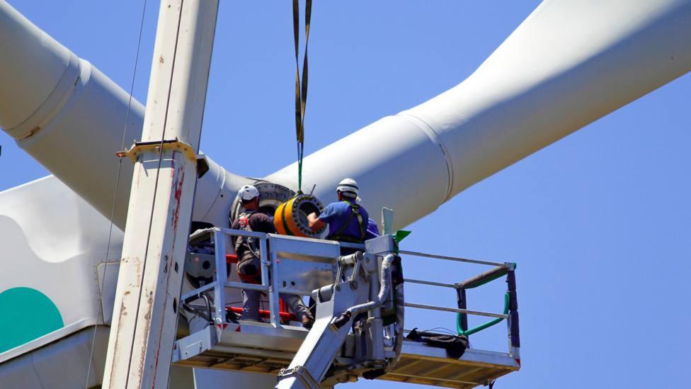 Imagen de archivo de unos operarios actuando en una estructura eólica