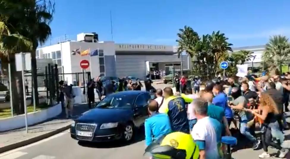 Así ha sido el recibimiento de Sánchez en Ceuta: insultos y manotazos al coche