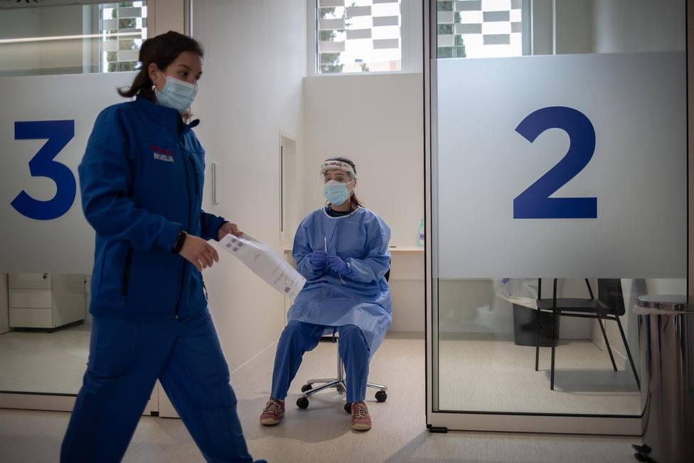 Dos profesionales sanitarios, en el edificio Garbí-Vall de Hebrón, en Barcelona, Catalunya (España)